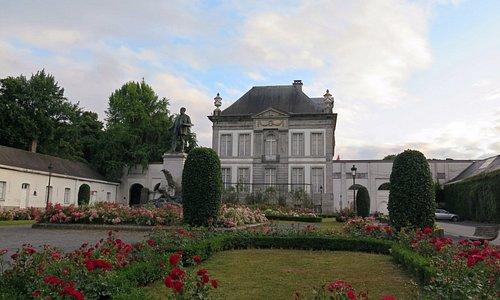 Сад с розами в общественном парке Турне