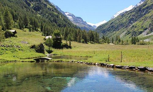 Le petit lac qui jouxte la terrasse du Relais