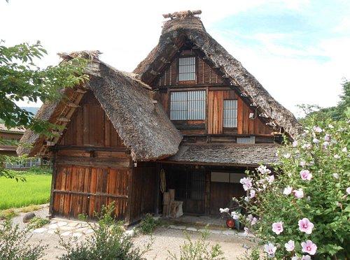 Il villaggio con le case in stile gassho-zukuri (tetto a mani giunte))