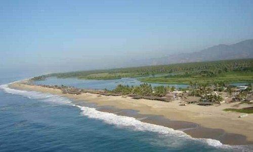 Se observa la franja de arena entre la laguna y el mar, al final se encuentra la barra.