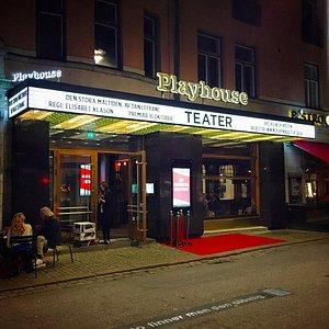 Playhouse Teater at night