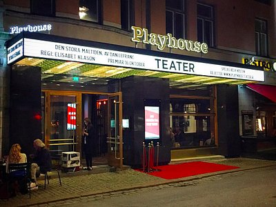 Playhouse Teater at night