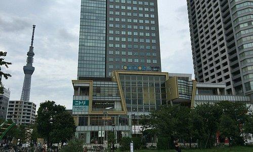 低層階ショッピングモール 左ビルオフィス棟 右ビル住宅棟  とスカイツリー