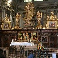 l' altare principale con i due reliquari laterali coperti dai due dipinti