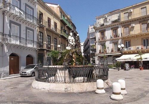 la fontana in piazza della rivoluzione