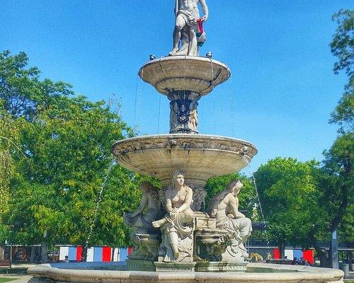 La Fontana rappresenta il Padre Danubio ed I suoi tre affluenti