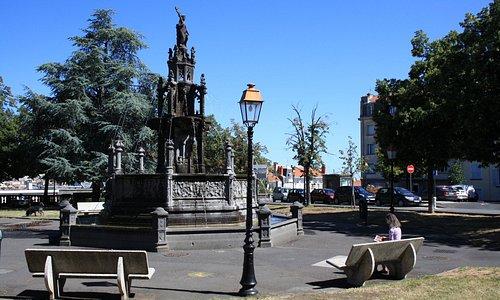 fontana d'Amboise in pietra lavica locale