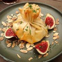 Camembert con higos en pasta filo.