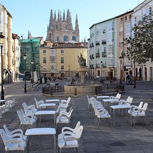 Terrace of Carpanta y Compañía during summer time. Amazing views to the cathedral