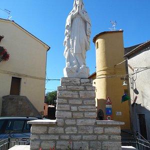 la madonna che se trova davanti alla chiesa