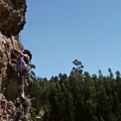 Lu escalando en Los Olivos.