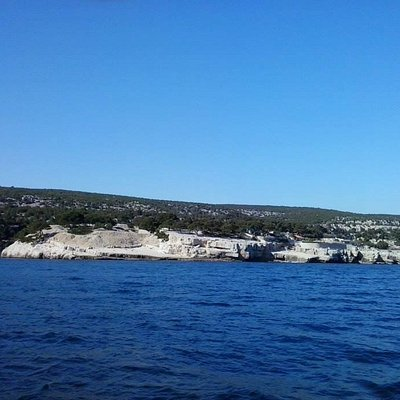 Les Calanques dengan Laut Tengah yang tenang
