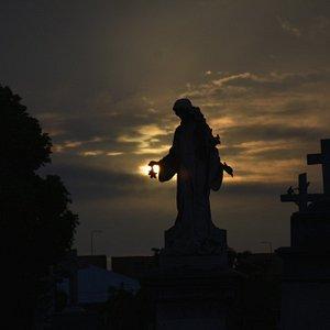 Há várias obras de arte no cemitério.