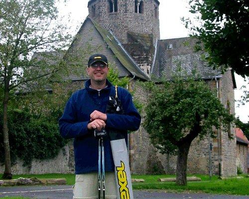 Ich selbst beim Nordic Walken auf dem Schiffenberg, im Hintergrund die Basilika