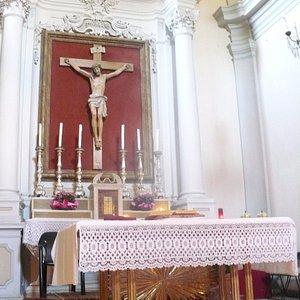 Altaar met kruisbeeld in San Giustino in Monte Corneo