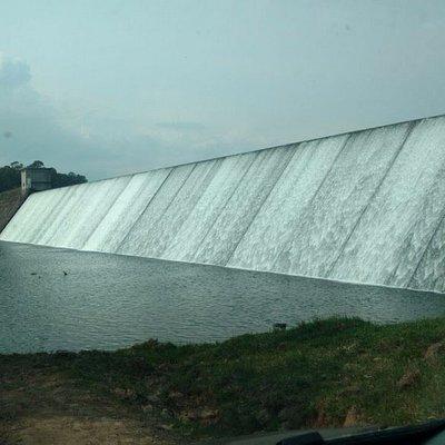 passagem de carro na frente da barragem!