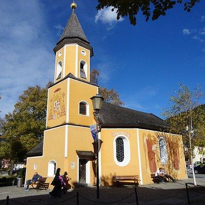 小さい村のチャペルと言った方がいいような、かわいらしい教会
