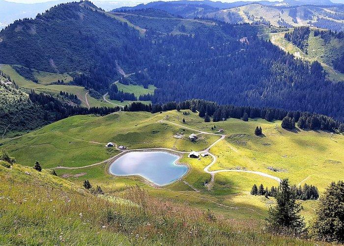 un lac vu du mont chéri