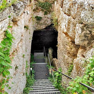 Fonte Pliniano. Accesso alla grotta