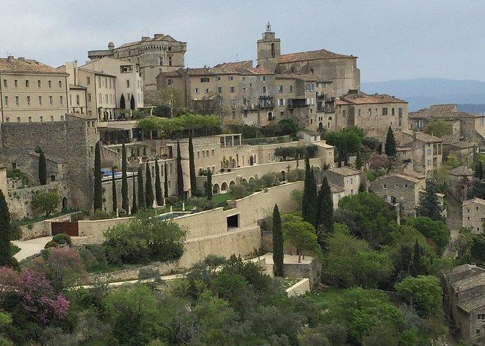 Arrestez vous en arrivant à Gordes pour profiter d'une superbe vue du village