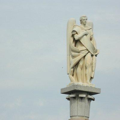 Estatua del Arcángel San Rafael que corona el monumento