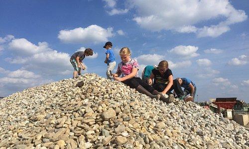 Zoekexcursie. Op zoek naar fossielen. Met dank aan Netterden zand en grind