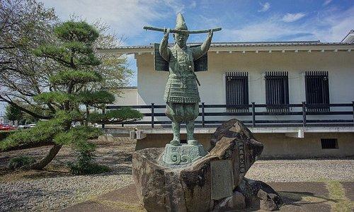 入口にある新田義貞の像。色んな場面で使われているようです。