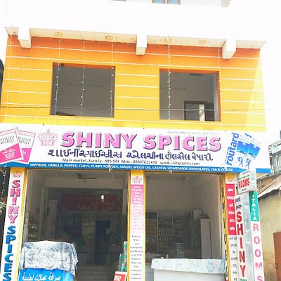 Road view of shiny spices building in kumily