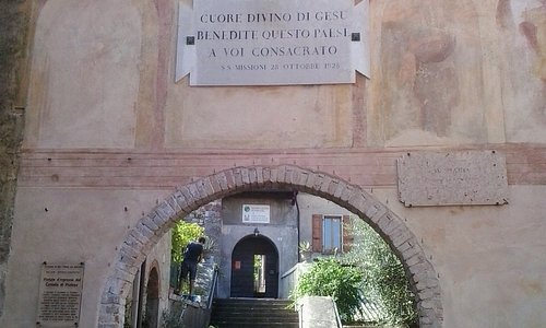 Portale d'accesso e scalinata del castello di Portese