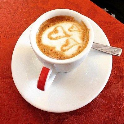 Caffè buonissimo, croissant freschi e deliziosi, latte art.