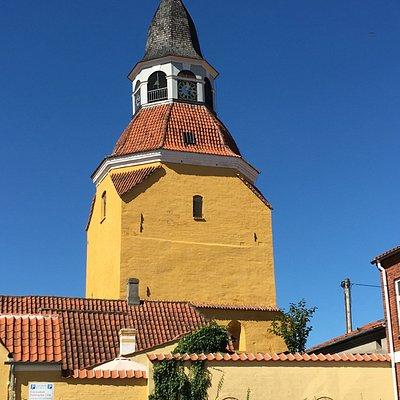 Wieża kościoła św. Mikołaja góruje nad miastem.