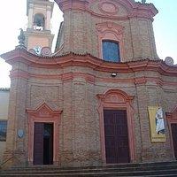 La facciata barocca col campanile