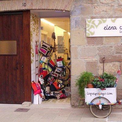 Fachada de la tienda de artesanía con la bici