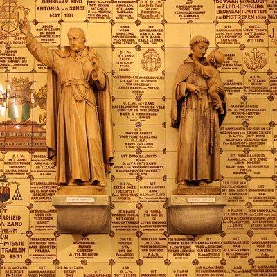 Heilige Clemens Hofbauer en Heilige Antonius van Padua met Jezus op de betegelde achterwand