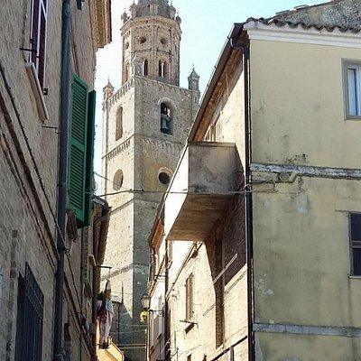 il campanile da una via