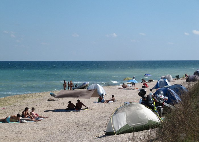 Strand mit einigen zelten