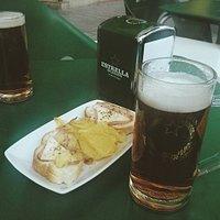 Terraza del Cheers con media pinta y aperitivo.