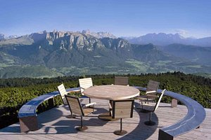 Runder Tisch mit Dolomitenpanorama am Rittner Horn