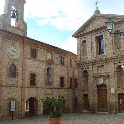 La chiesa in Piazza Peretti
