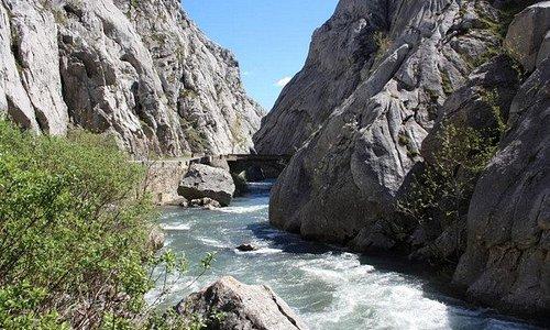 El rio Torío discurre por el fondo de la garganta