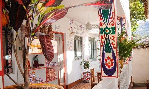 El hermoso corredor con decoración de retablo