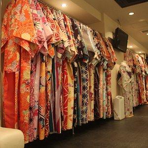 着物はランク分けなどなく同一価格で選べます。夏は浴衣も豊富に御座います。
