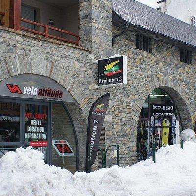 Rue principale au village Evolution 2 propose la location de ski et de snow