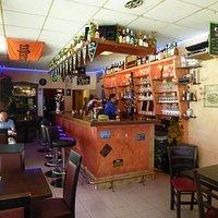 Blick zu der anderen Seite des Restauarants mit der Bar