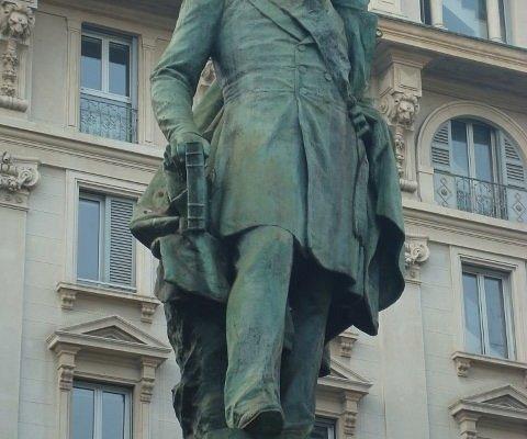 La bella statua in bronzo