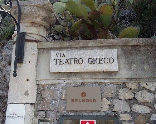 En Taormina Sicilia, ENTRADA A LA VIA DEL TEATRO GRECO