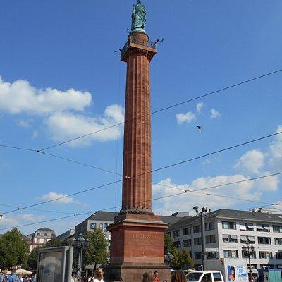 広場中心の記念碑