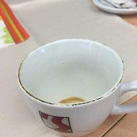 Der Rand der Kaffeetasse ist total verdreckt.