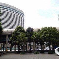 写真右が神戸国際会議場 左はポートピアホテル