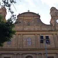 Fachada de la Iglesia de Santiago de los Caballeros con el apóstol en el centro.